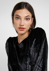 Versace - ORECCHINI - Earrings - bianco - 1