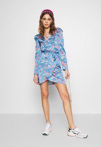 Never Fully Dressed - MINI BAHAMA WRAP DRESS - Korte jurk - blue
