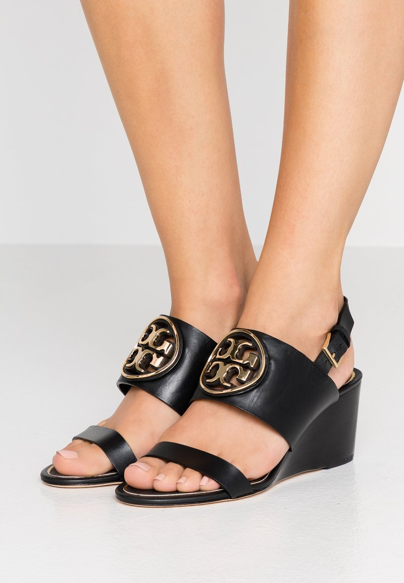 Tory Burch - METAL MILLER WEDGE - Sandály na klínu - perfect black/gold
