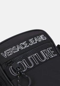 Versace Jeans Couture - UNISEX - Axelremsväska - black - 4