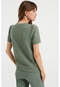 WE Fashion - MET STRUCTUUR - Basic T-shirt - light green - 2