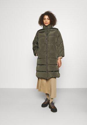 FURETTO SET - Kabát zprachového peří - green kaki
