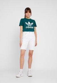 adidas Originals - ADICOLOR TREFOIL GRAPHIC TEE - Print T-shirt - noble green - 1