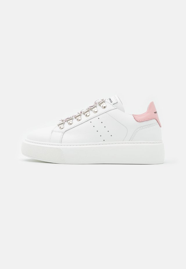BASKET LACETS MOUCHETTES - Matalavartiset tennarit - white/pink