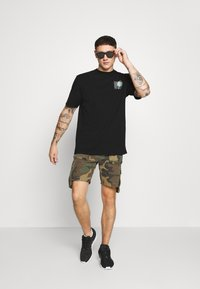 Puma - DOWNTOWN GRAPHIC TEE - T-shirt con stampa - black - 1