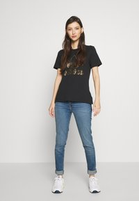 adidas Originals - TEE - T-shirt z nadrukiem - black - 1