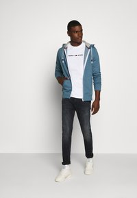 Tommy Jeans - ZIPTHROUGH - Mikina na zip - audacious blue - 1