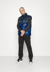 adidas Originals - CAMO VEST - Weste - multicolor - 1