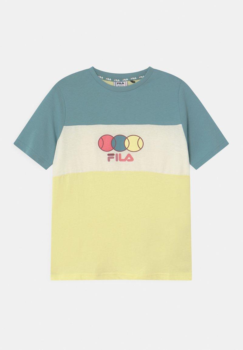 Fila - PEBBELS BLOCKED UNISEX - Print T-shirt - wax yellow/cameo blue/snow white