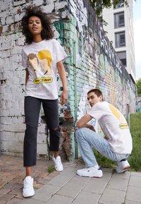 Tommy Jeans - ABO TJU X BEAVIS TEE UNISEX - T-Shirt print - lilac dawn - 1