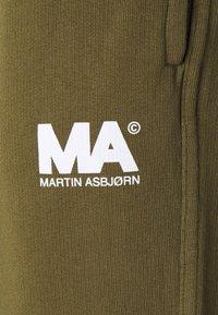 Martin Asbjørn - TRACKPANTS - Pantalon de survêtement - olive - 2