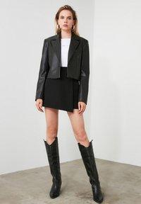 Trendyol - ТWOAW20SR0072 - Shorts - black - 2