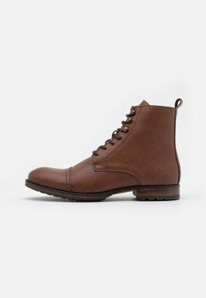LORE VEGAN - Šněrovací kotníkové boty - brown