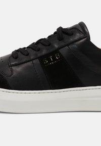 Shoe The Bear - AREN COURT  - Tenisky - black/white - 5