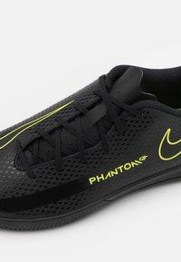 Nike Performance - PHANTOM GT CLUB IC UNISEX - Halové fotbalové kopačky - black/cyber/light photo blue - 5