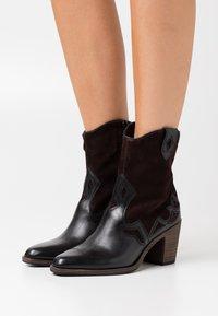 Tamaris - BOOTS - Cowboystøvletter - black/mocca - 0