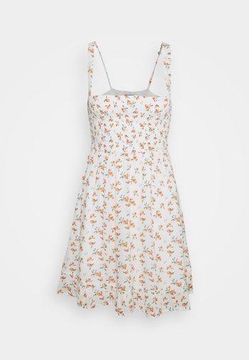 SMOCKED BABYDOLL SHORT DRESS - Kjole - white