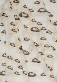 HUGO - KISSES ALL OVER PRINTED SCARF - Foulard - natural - 2