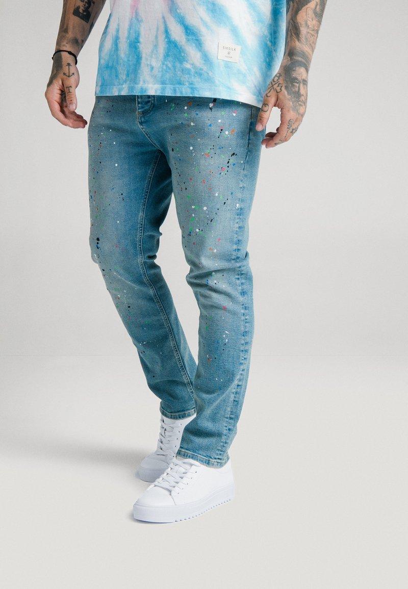 SIKSILK - STEVE AOKI X  - Slim fit jeans - light wash