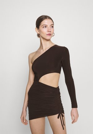 SLINKY ONE SHOULDER CUT OUT MINI DRESS - Vestido ligero - chocolate