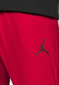Jordan - AIR PANT - Träningsbyxor - gym red/black - 3