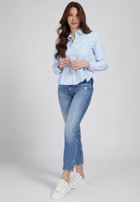 Guess - Button-down blouse - mehrfarbig, grundton blau - 1