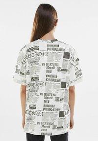 Bershka - Print T-shirt - off-white - 2