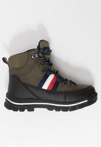Tommy Hilfiger - Šněrovací kotníkové boty - military green - 1