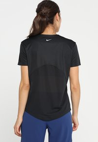 Nike Performance - MILER V NECK - Print T-shirt - black/reflective silver - 2