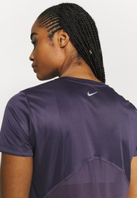 Nike Performance - MILER - T-shirts med print - dark raisin - 3
