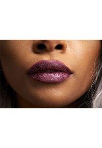 Nyx Professional Makeup - GLITTER GOALS LIQUID LIPSTICK - Liquid lipstick - 6 bloodstone - 2