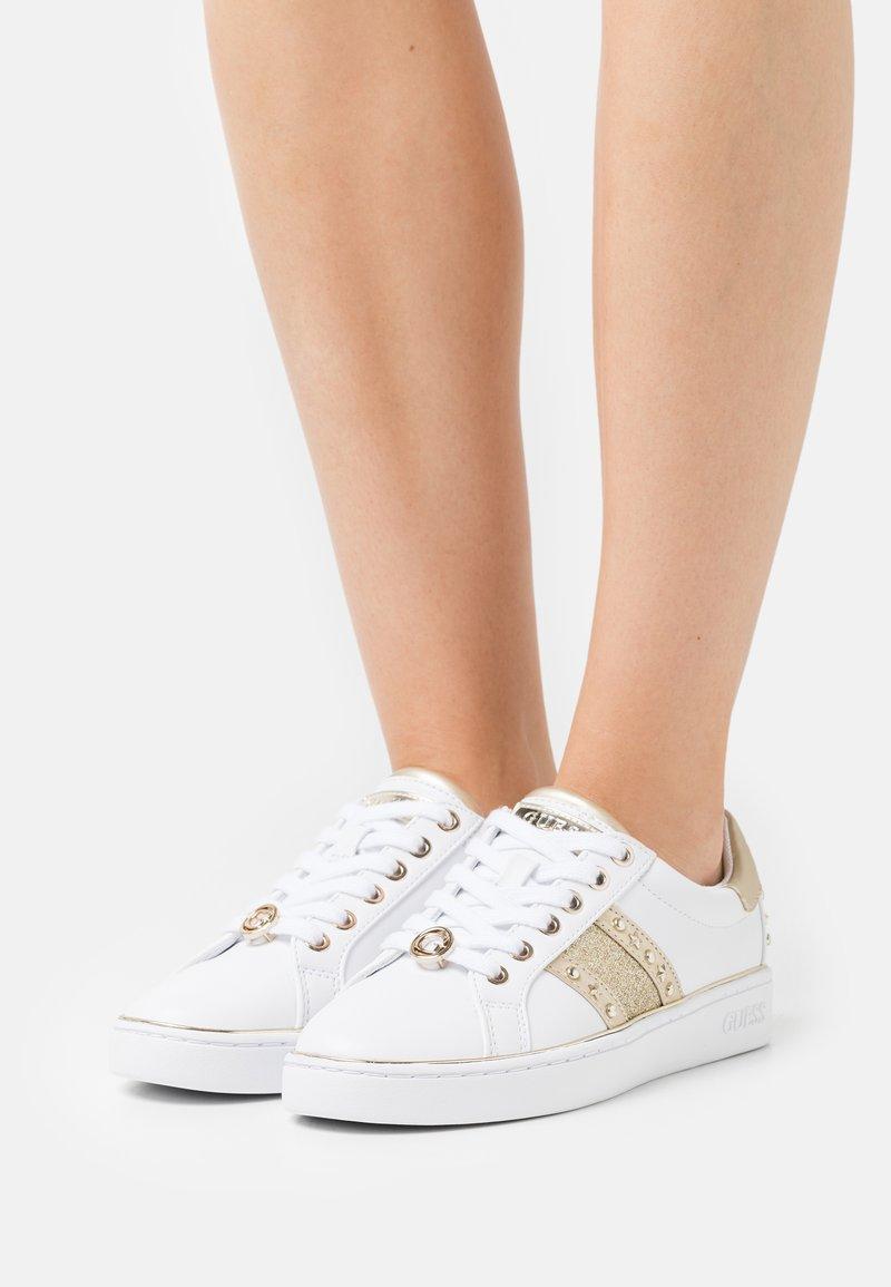 Guess - BEVLEE - Sneakers basse - weiß
