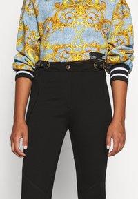 Versace Jeans Couture - Pantalones - nero - 4