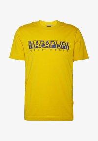 SOLANOS - Print T-shirt - mango yellow