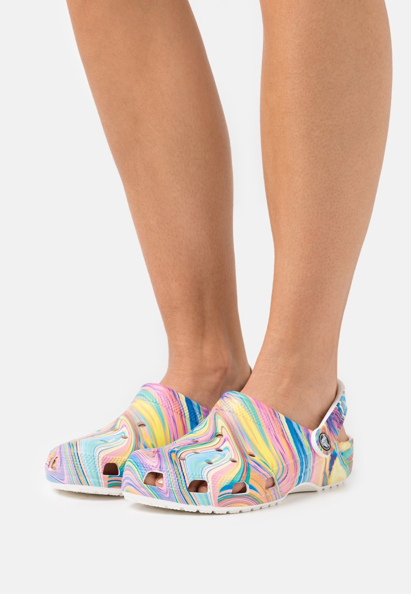 Crocs - CLASSIC OUT OF THIS WORLD - Klapki - multicolor/white