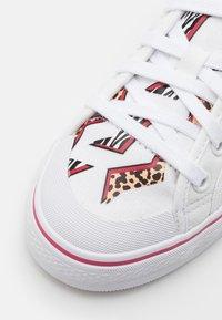 adidas Originals - NIZZA UNISEX - Zapatillas - footwear white/wild pink - 5