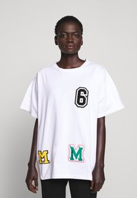 MM6 Maison Margiela - PATCHES TEE - T-shirt print - white - 0