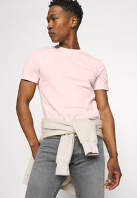 Calvin Klein - CHEST LOGO - T-shirt basic - pink - 3