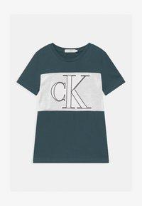Calvin Klein Jeans - COLOUR BLOCK MONOGRAM  - Print T-shirt - blue - 0