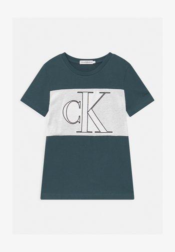 COLOUR BLOCK MONOGRAM  - T-shirt con stampa - blue