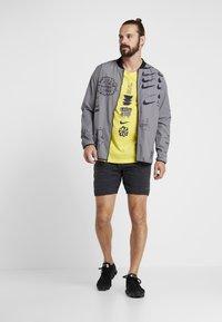 Nike Performance - DRY RUN SEASONAL  - Print T-shirt - chrome yellow/obsidian - 1