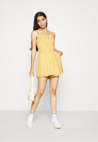 Hollister Co. - WEBEX BARE SMOCKED TIEBACK ROMPER - Overal - yellow - 1