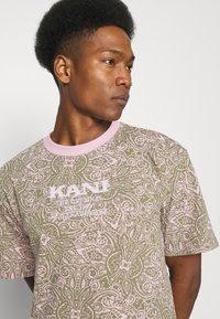 Karl Kani - UNISEX RETRO PAISLEY TEE - Print T-shirt - rose - 3