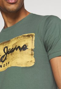 Pepe Jeans - CHARING - Print T-shirt - forest green - 4