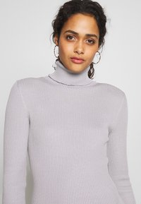 Missguided - ROLL NECK MIDI DRESS - Pletené šaty - grey - 5