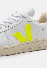 Veja - V-10 - Baskets basses - extra white/jaune fluo - 5