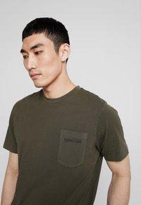Scotch & Soda - CLASSIC GARMENT DYED CREWNECK TEE - T-shirt - bas - military - 4