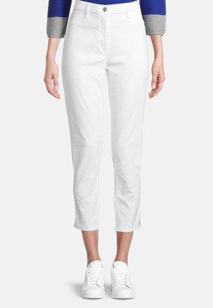 MIT AUFGESETZTEN TASCHEN - Trousers - weiß
