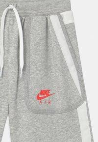 Nike Sportswear - AIR - Shortsit - grey heather/summit white/infrared - 2