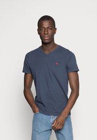 Abercrombie & Fitch - NEW FRINGE V NECK 3 PACK - T-shirt imprimé - red/light blue/navy blue - 3